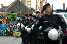 Nach zweijähriger Pause gab es wieder eine Mayday-Parade gegen prekäre Arbeitsverhältnisse. Die Polizei überraschte mit großer Präsenz.