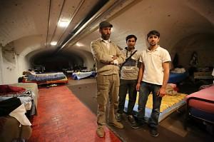 """""""Wo wart ihr so lange?"""" fragt Khan Adalat (l.), hier mit zwei Kollegen im Servitenkloster (c) Stanislav Jenis"""