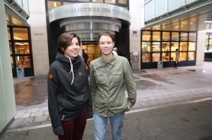 Miriam Morgenbesser (l.) und Valeria Plohovich studieren Technische Physik an der TU Wien. (c) Stanislav Jenis