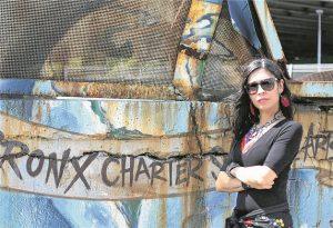 """Die Künstlerin Caridad de La Luz, bekannt als """"La Bruja"""" (""""die Hexe""""), lebt in der Bronx.© Figl"""