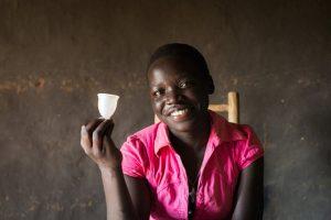 Eine Frau beim WoMenaMenstruationstassen-Programm in Uganda.© Tom Saater / WoMena